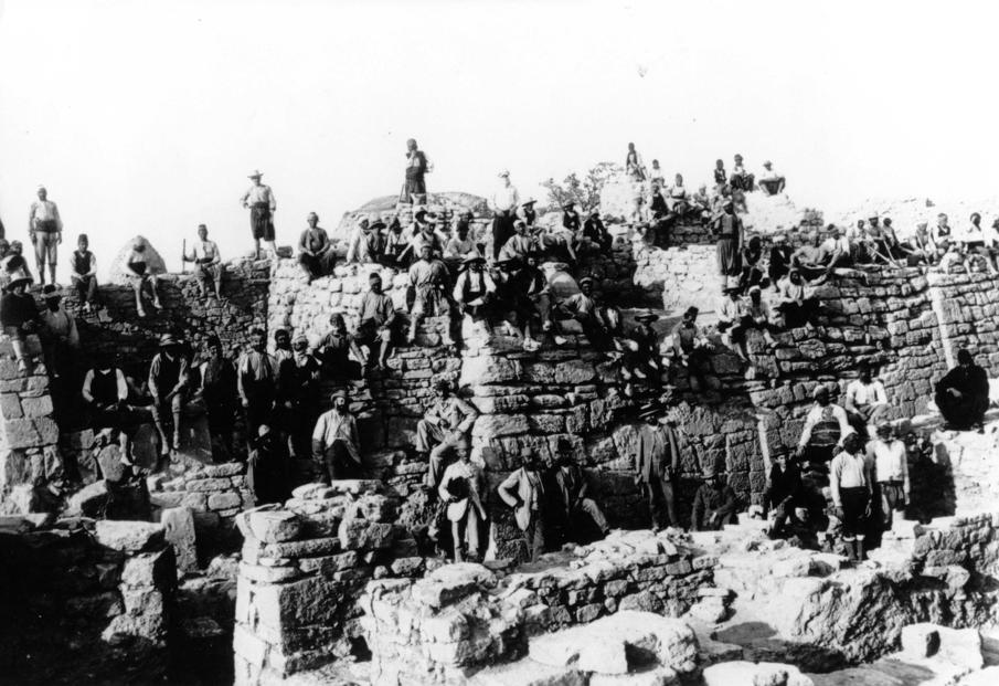 Archeologi e operai durante gli scavi di Heinrich Schliemann nel 1868 a Troia
