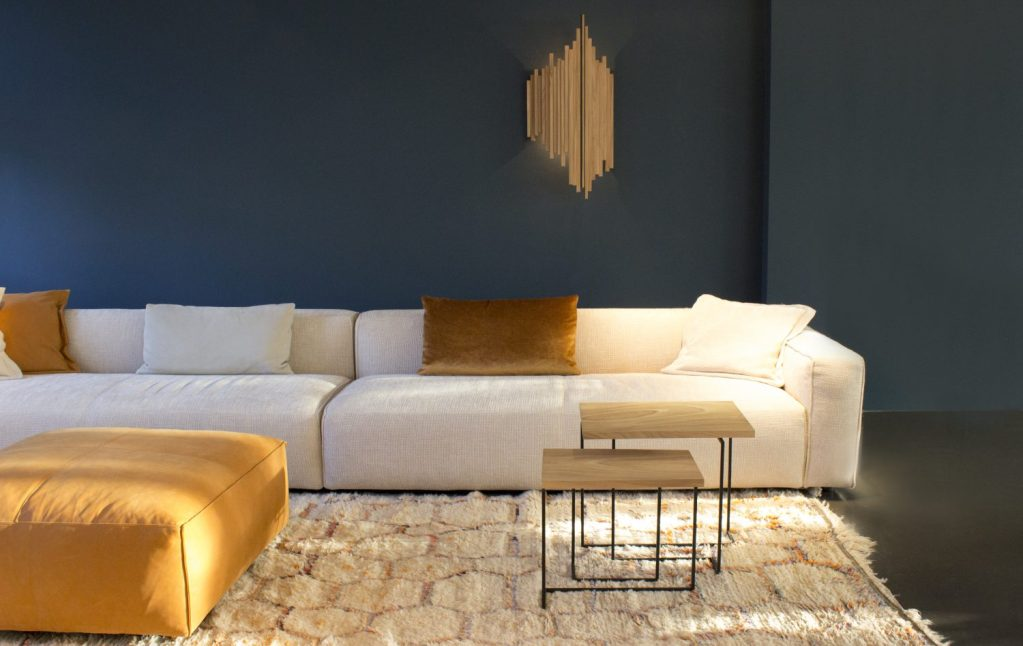 PLANKSTAAL De wandlamp en salontafels