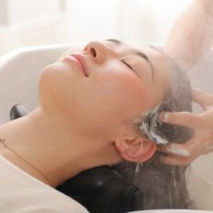 美容院リビングのヘッドスパ