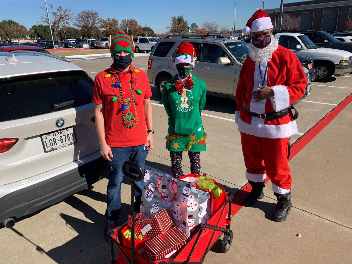 Eaton Corporation, volunteers give LISD students gifts