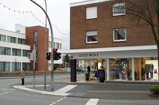 Gerry Weber Shop. Schräg ggenüber die Kreissparkasse