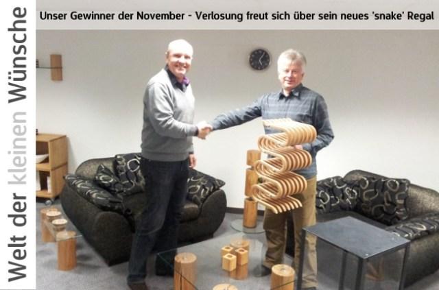 Bernd Brinkmann (re.) gratuliert dem glücklichen Gewinner