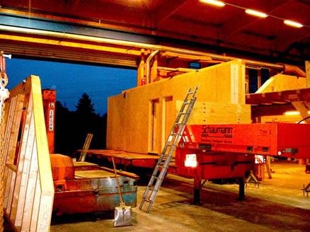 Eine Hauswand entsteht in Holzbauweise