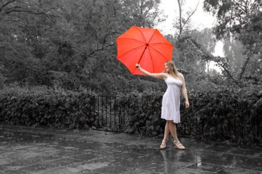 Singing in the rain - Frau im Sommerkleid mit Schirm
