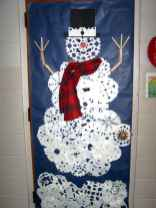 50 Simple DIY Christmas Door Decorations For Home And School (23)
