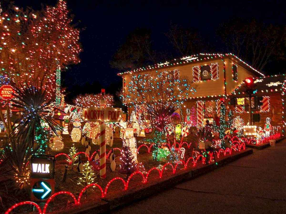 70 Awesome Farmhouse Style Exterior Christmas Lights Decorations (17)
