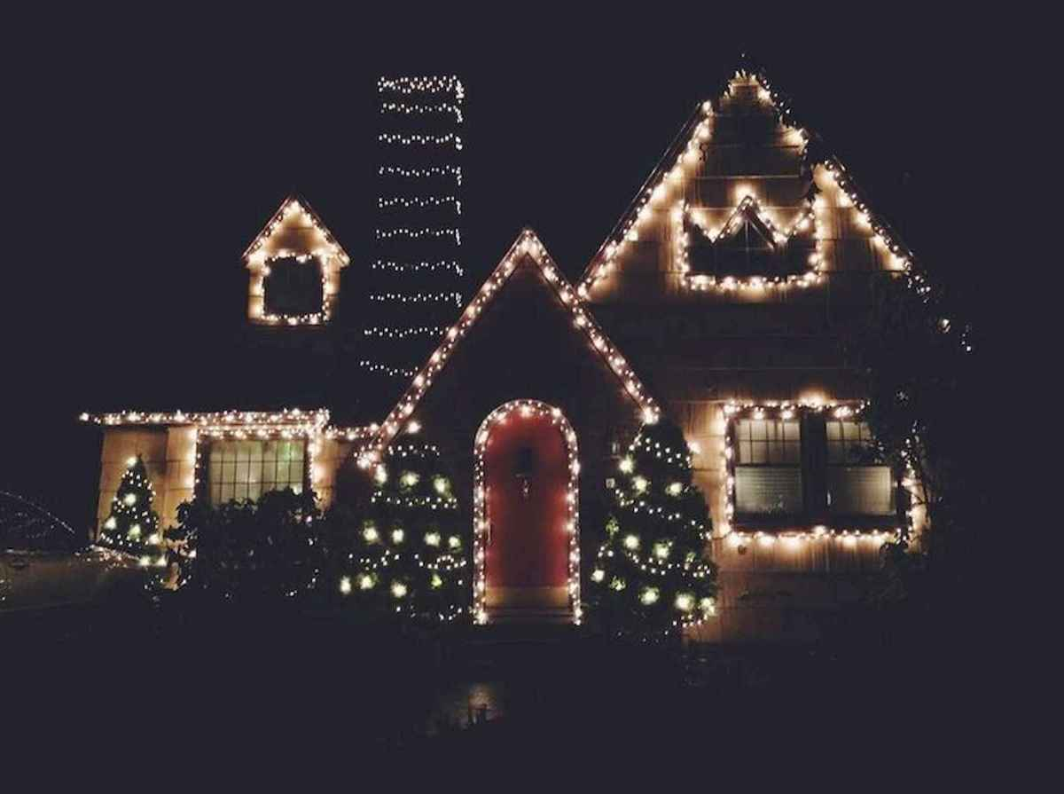 70 Awesome Farmhouse Style Exterior Christmas Lights Decorations (35)