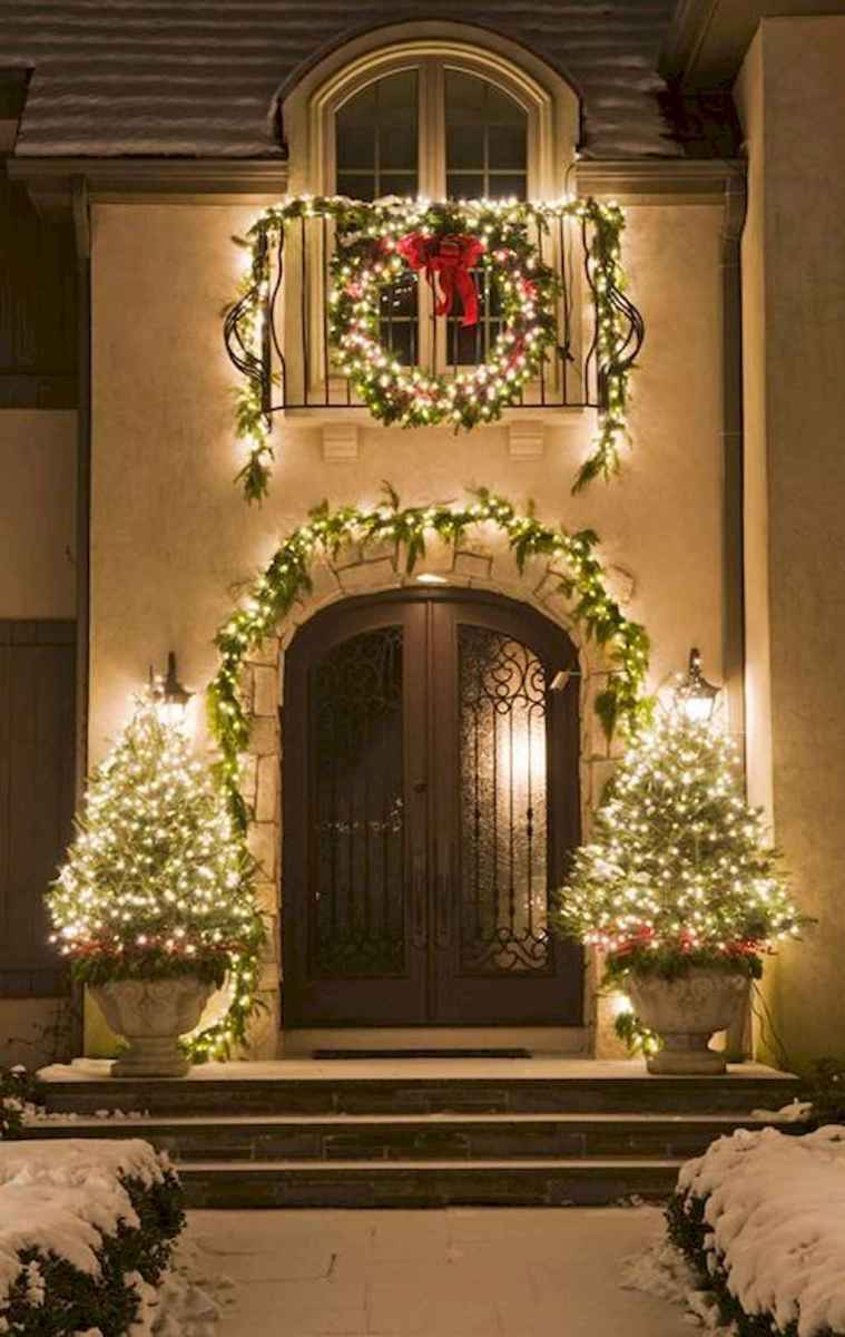 70 Awesome Farmhouse Style Exterior Christmas Lights Decorations (43)
