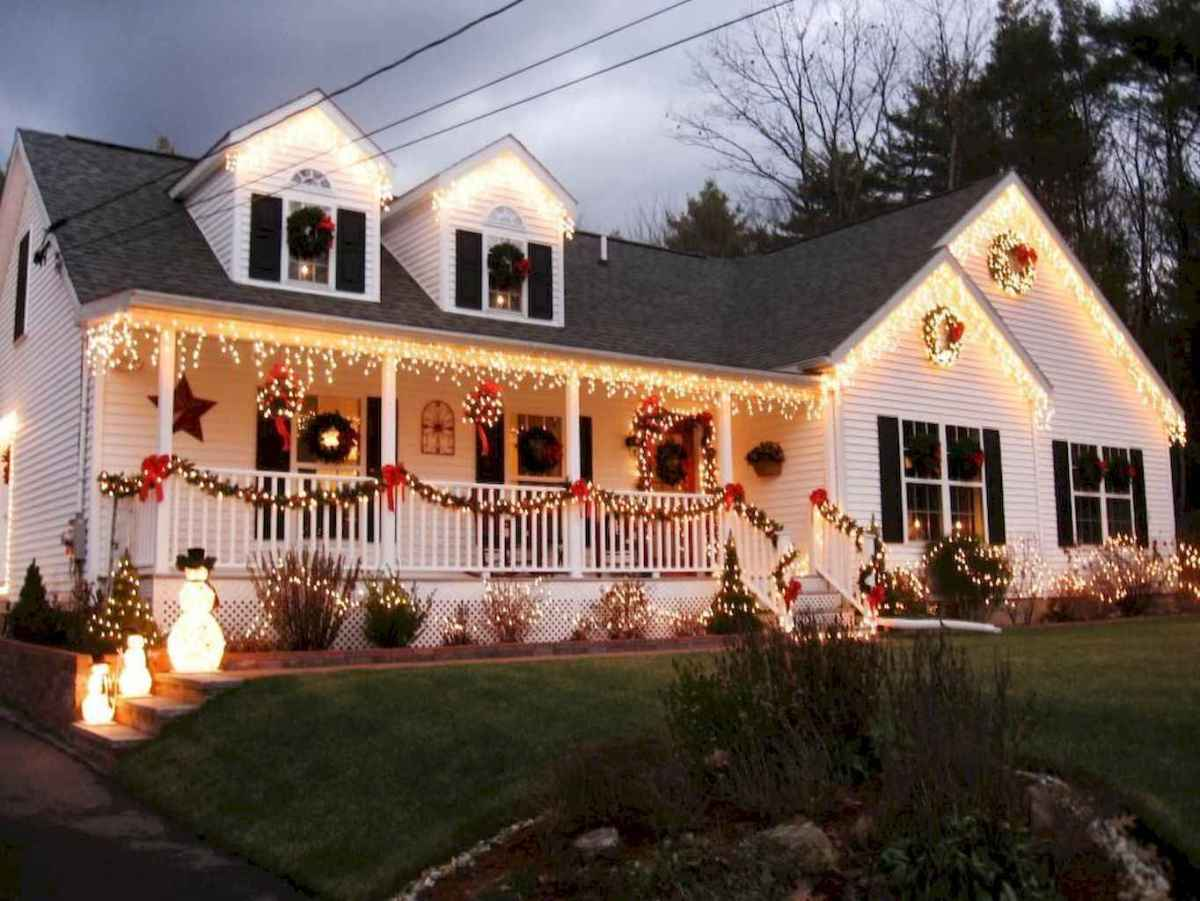 70 Awesome Farmhouse Style Exterior Christmas Lights Decorations (63)