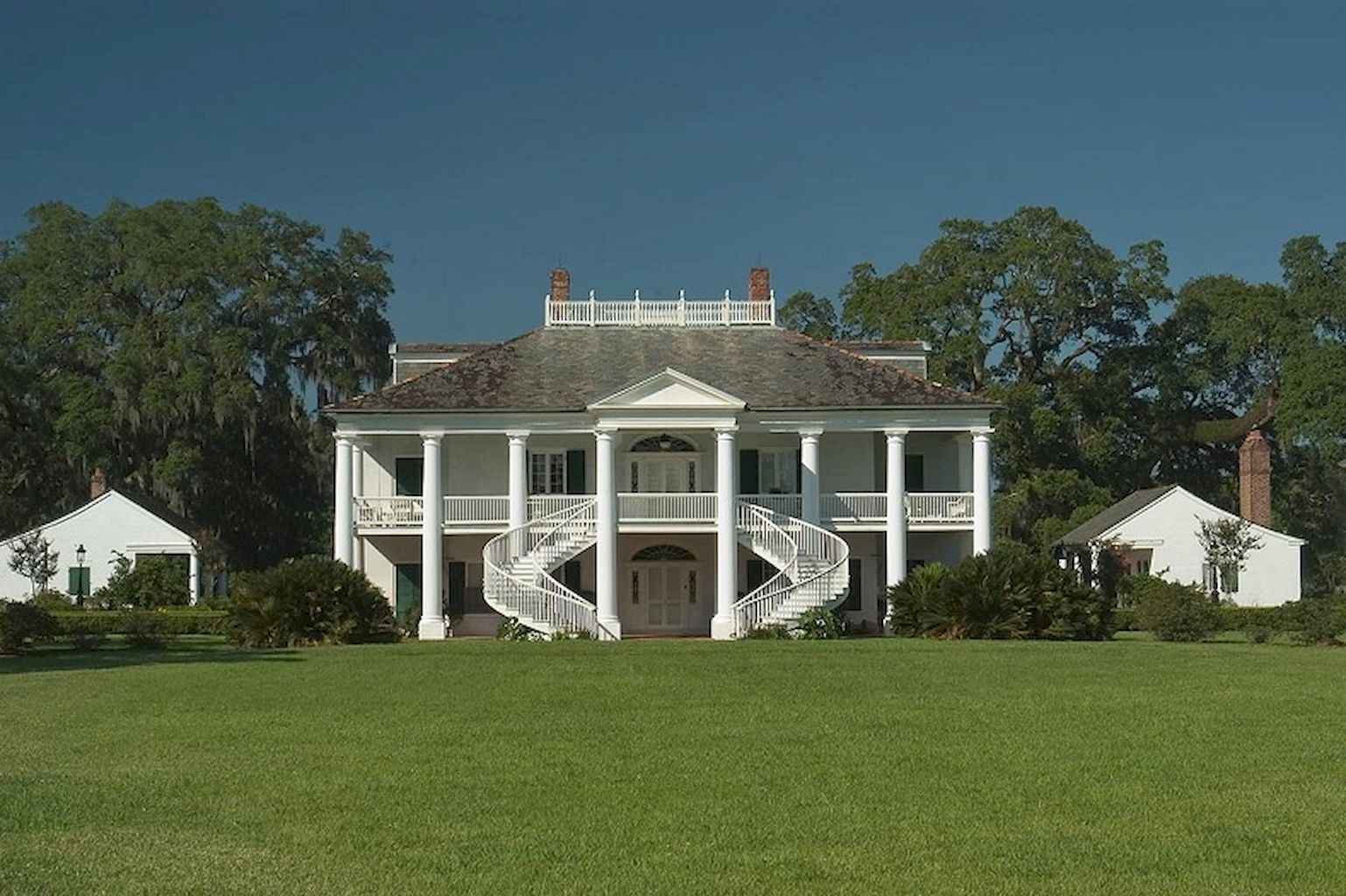 80 Amazing Plantation Homes Farmhouse Design Ideas (36)