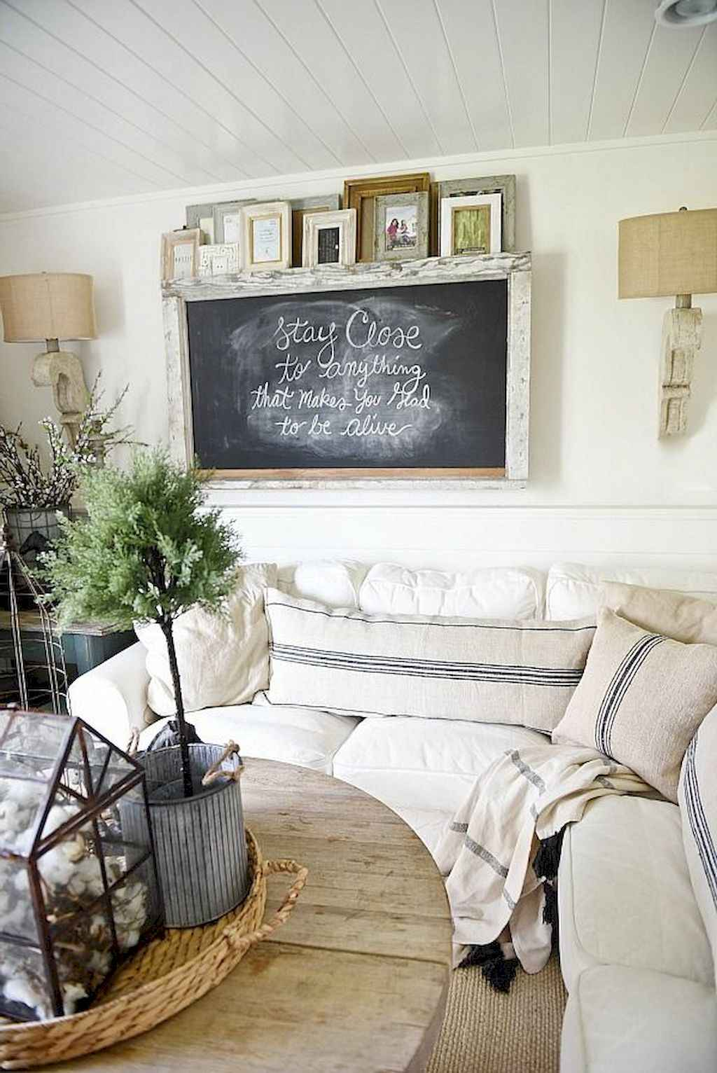 70 Rustic Farmhouse Living Room Decor Ideas (53)