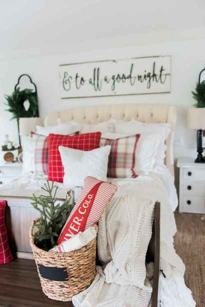 60 Creative Farmhouse Christmas Decorating Ideas And Makeover (25)
