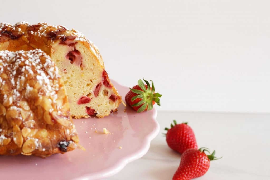 Topfen-Erdbeer-Gugelhupf ~ Living on Cookies