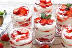 Topfencreme mit Erdbeeren