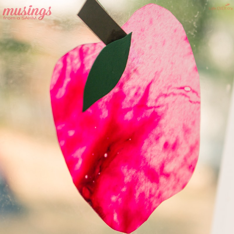 Here's a fun fall activity for kids: this Apple Suncatcher Craft is not only super easy, but also a great way to use up broken crayons. Get the full easy tutorial here: