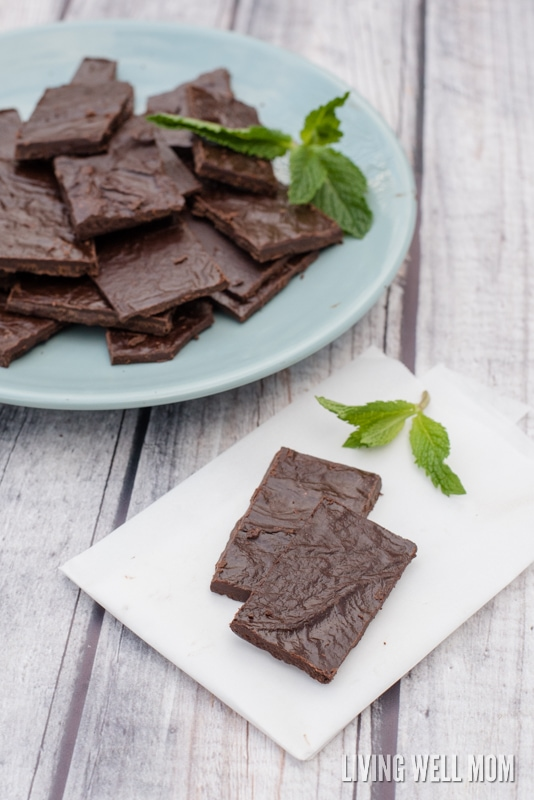 Paleo Mint Dark Chocolate recipe - with 4 simple ingredients, this delicious homemade chocolate is better for you (and cheaper!) than chocolate from the store. Plus it only takes 5 minutes to make and is dairy-free and refined sugar-free!
