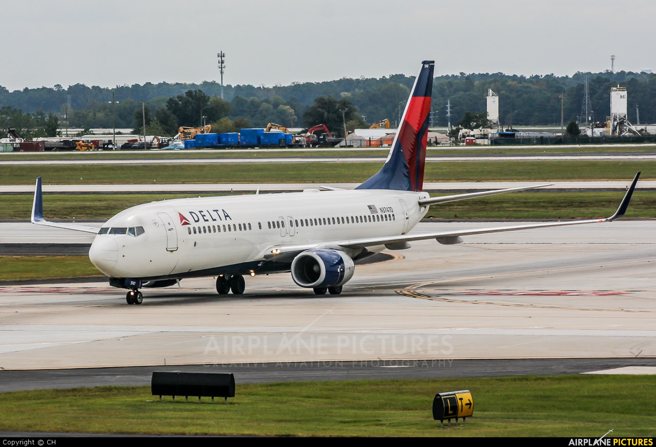 delta-airplane-tarmac