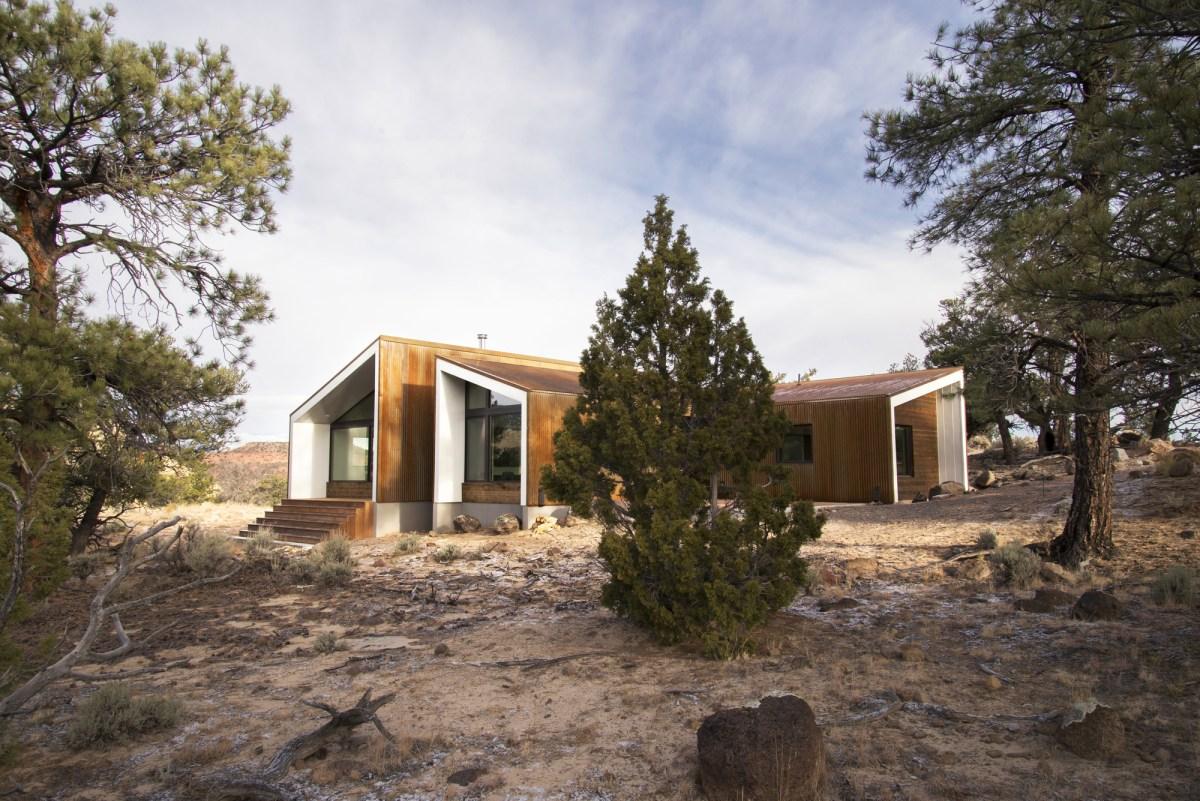 5522f8d7e58ecea119000052_capitol-reef-desert-dwelling-imbue-design_10_main_patio_facade