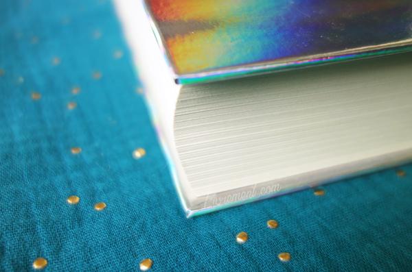 Tranches d'un livre à la couverture miroitante