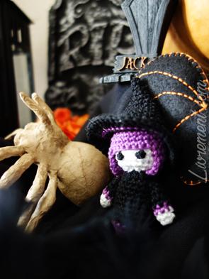 Close up sur l'autel Halloween : chauve souris, sorcière et araignée