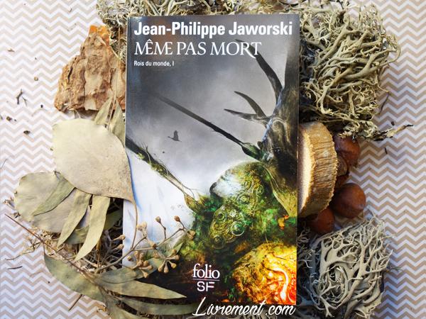 """Livre """"Même pas mort"""" de Jaworski pris en photo entouré de mousse végétale"""