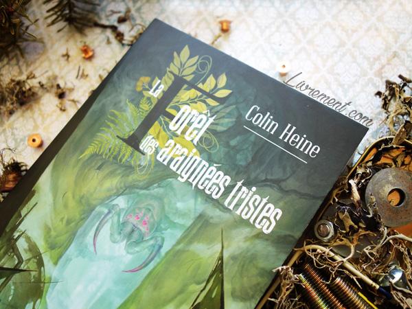"""Mise en scène du roman """"La forêt des araignées tristes"""" de Colin Heine : mousse, boulons et écrous, motifs victoriens"""
