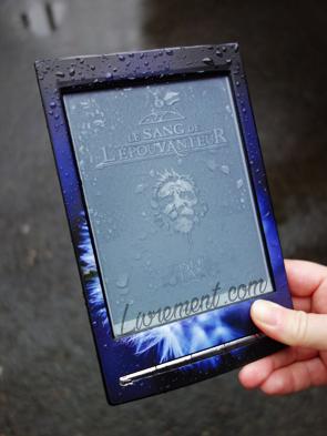 """Livre """"Le sang de l'épouvanteur"""" de Joseph Delaney mis en scène sous la pluie"""