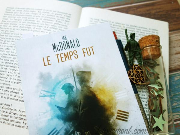 Mise en scène de la novella Le temps fut de Ian McDonald : livre, stylo, soldat, objets verts