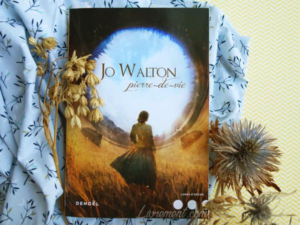 Mise en scène du roman Pierre-de-vie de Jo Walton : fleurs séchées et tissu bleu