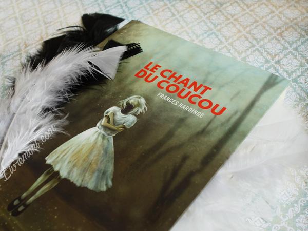 """Mise en scène du roman """"Le chant du coucou"""" de Frances Hardinge dans des plumes"""