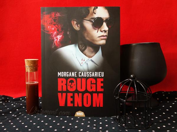 """Mise en scène du roman """"Rouge venom"""" de Morgane Caussarieu avec des éléments noirs et rouges"""