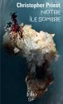 """Couverture du roman """"Notre île sombre"""", écrit par Christopher Priest et publié aux éditions Folio SF"""