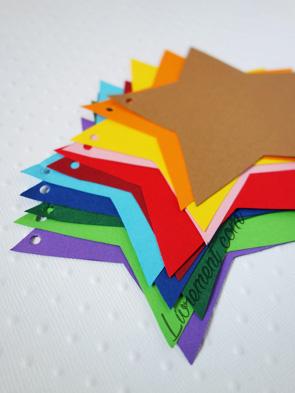 Etoiles découpées dans du papier canson de couleur pour former une guirlande