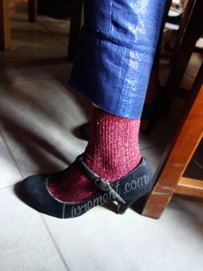 Paillettes : chaussettes roses et pantalon bleu