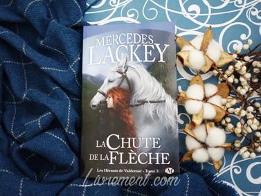 """Le roman """"La chute de la flèche"""" de Mercedes Lackey pris en photo sur une mise en scène dans les tons bleus"""