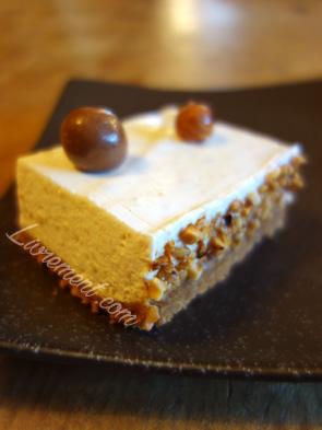 Une part d'un cheesecake à la crème de marrons