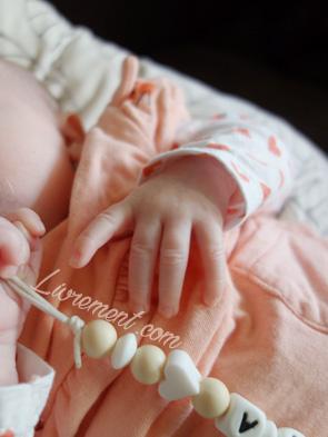 Gros plan sur la main d'un bébé