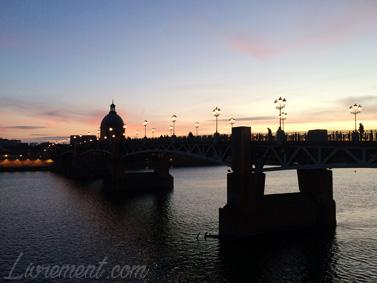 Pont Saint-Pierre à Toulouse au crépuscule
