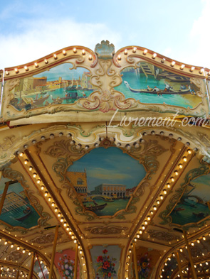 Détails des peintures du manège aux chevaux de bois à Jeanne d'Arc à Toulouse