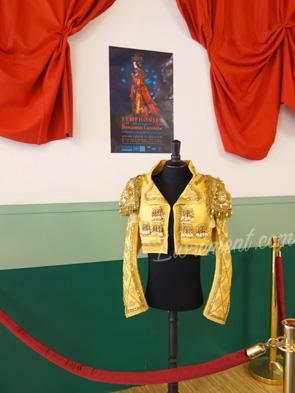 Exposition de Benjamin Lacombe à Canopé Toulouse : afffiche, rideau rouge et veste