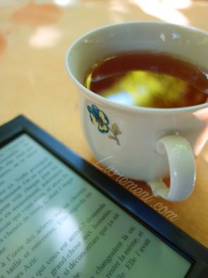 Thé et lecture ; tasse et liseuse