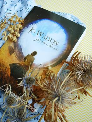 """""""Pierre-de-vie"""" un roman écrit par Jo Walton, entourée de fleurs séchées"""