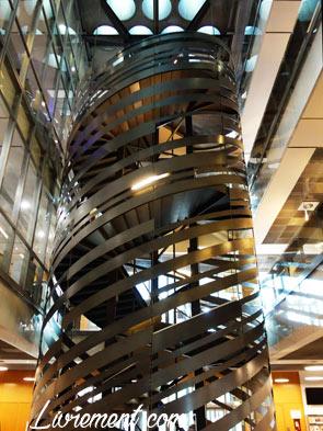 Escalier de forme hélicoïdale de la médiathèque Jose Cabanis de Toulouse