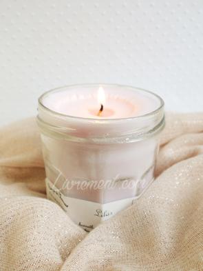 Bougie parfumée au lilas, les bougies de Charroux prise en photo par Livrement