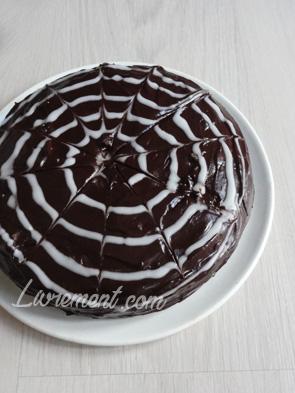 Glaçage fil d'araignée sur gâteau
