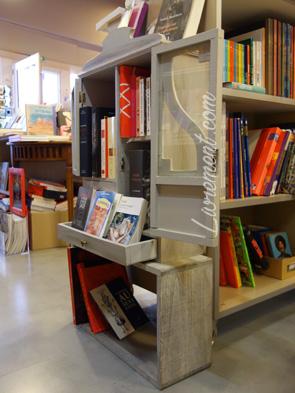 Meuble remplis de photos en librairie tarbaise