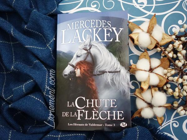 Mise en scène cocooning - plaid et fleurs de coton - de la trilogie des Hérauts de Valdemar de Mercedes Lackey