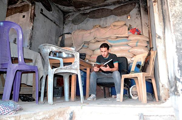 lecture sur le front de Daraya_ Ahmad - source ©livreshebdo