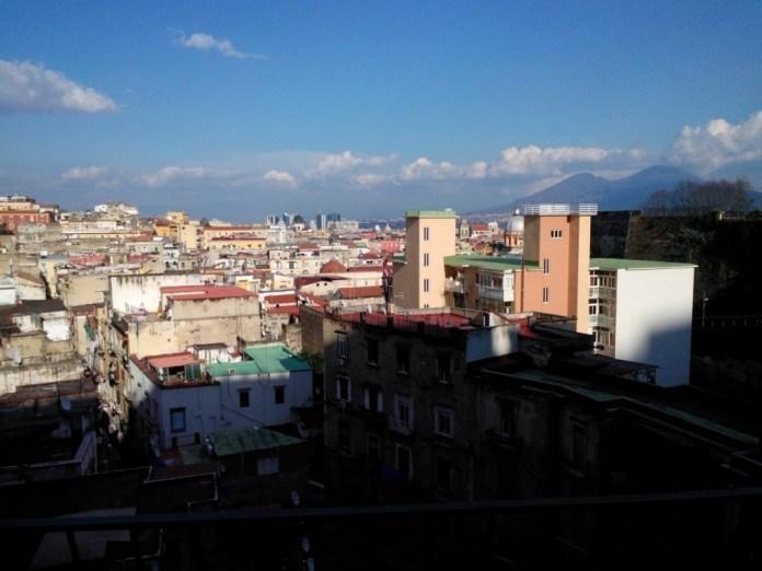 Una Napoli senza mare non s'è mai vista. Ma è bella uguale.