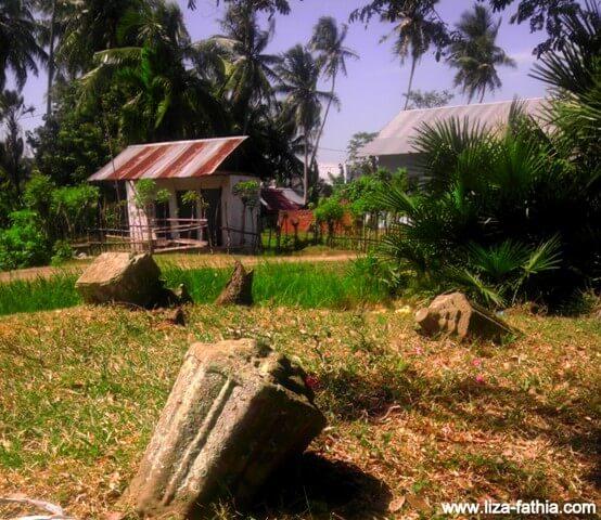 Batu nisan yang berbentuk balok yang terletak beberapa meter dari pepohonan tempat kami berada